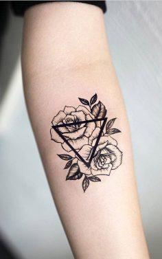 Geometrische Rosen Unterarm Tattoo-Ideen für Frauen – Kleines Dreieck Blume Arm Tat – rosas negras Tänzerinnen und Tänzerinnen – www.MyBodiArt.com #tattoos  – mybodiartinc
