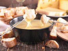 Käse ist in den Bergen ohnehin eines der wichtigsten und am häufigsten verzehrten Lebensmittel. Besonders beliebt: original Schweizer Käse-Fondue. Immer ein Genuss.  – abechtel0172
