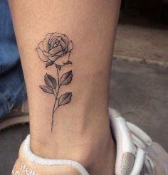 Diese Tätowierungen, die Ihren Geburtsmonat symbolisieren #tattoo #blume #tattoo # Schönheit #aufeminin #rose #cheville  – aufeminin