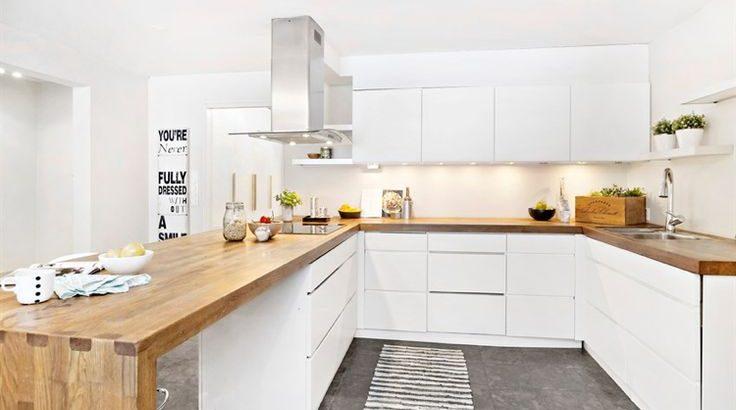 Moderne Küche aus Holz und Weiß mit weißen Schränken ohne ...