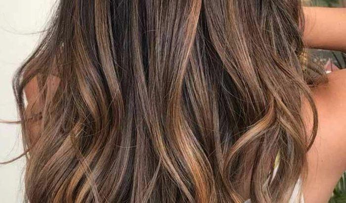 Karamellstreifen Auf Brauner Basis Langes Haar